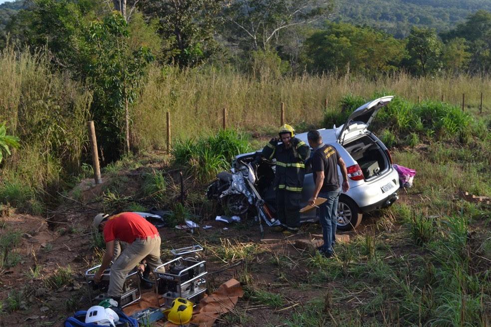 As quatro pessoas que estavam no carro de passeio tiveram ferimentos (Foto: Divulgação/Surgiu.com)