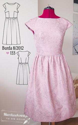 marchewkowa, blog, moda, styl, retro, szycie, krawiectwo, Burda 8/2012, wykrój 133, żakard, pastelowy róż, rozkloszowana sukienka