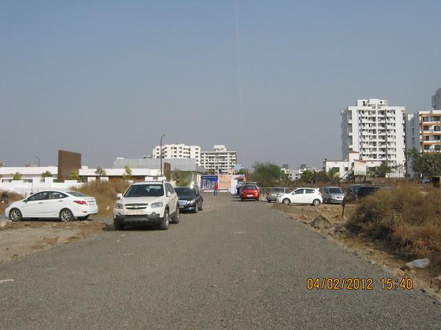 Approach road of Gini Viviana, 2 BHK 2.5 BHK 3 BHK Flats & 3 BHK Duplex, behind MITCON, opposite Balewadi Sports Complex, Balewadi, Pune 411 045