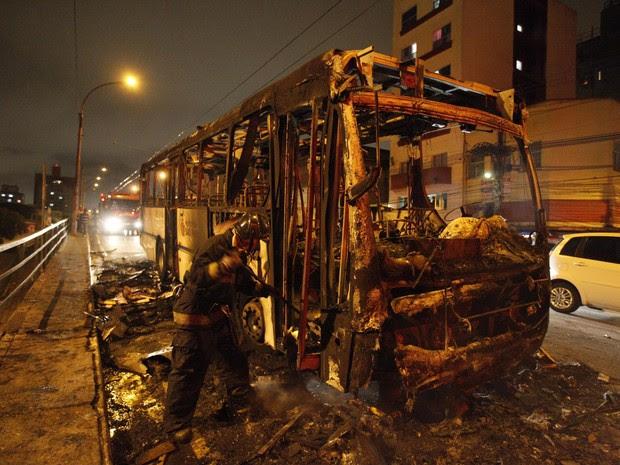 ônibus queimado sp (Foto: Mario Ângelo/Sigmapress/Estadão Conteúdo)