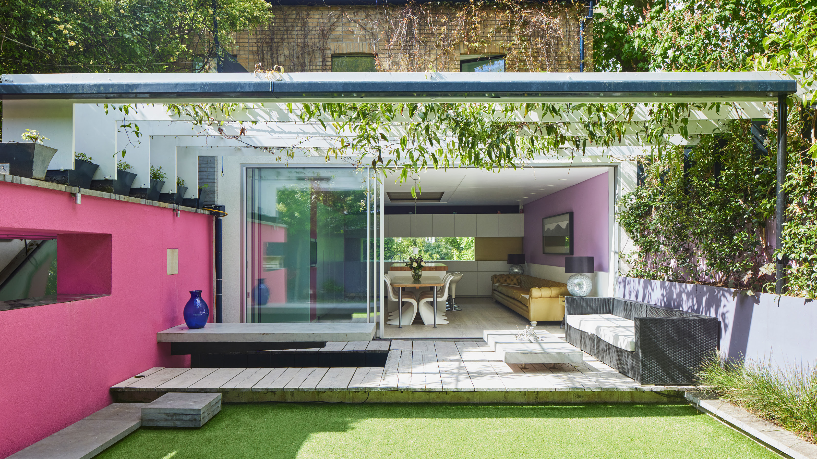 This modern Kensington mews shows how a bold color scheme should be done