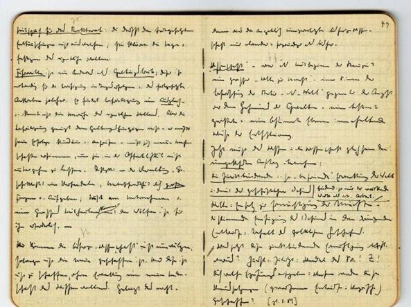 Qui sopra, due pagine dei con le note scritte di suo pugno da Martin Heidegger (nella foto a destra) dal 1931 al 1969. In basso a destra, alcuni dei 34 , la cui pubblicazione è cominciata nel 2014 e verrà completata nei prossimi anni dall'editore Klostermann