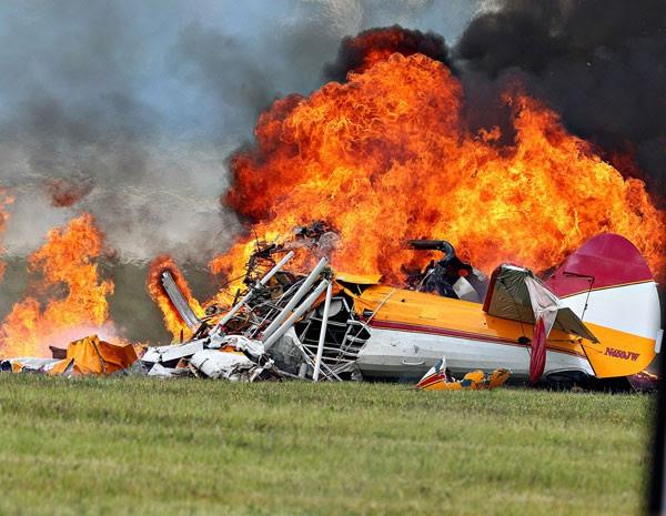 Avião é consumido pelas chamas após a queda durante a apresentação de uma wing walker no Vectren Air Show. (Foto: Thanh V Tran/AP Photo)