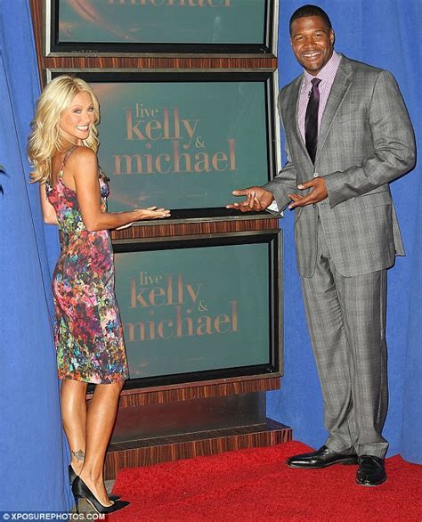 Kelly Ripa tweets flashback wedding photo as she