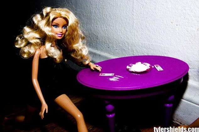 Rated R: Enquanto a maioria das meninas gostam de se vestir suas bonecas para cima e escovar os cabelos, a atriz teve sua Barbie cheirando linhas de cocaína