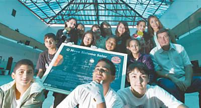 Os alunos da escola municipal Tancredo Neves que estão construindo o satélite e o professor Cândido de Moura