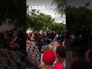 Senador Cid Gomes tenta furar bloqueio feito por PMs com retroescavadeira e é baleado