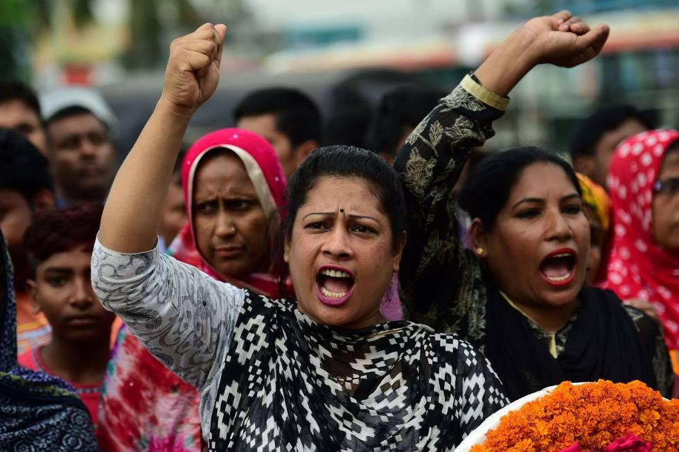 Activistas reclaman  justicia cuatro años después del desplome del Rana Plaza, en el lugar de la tragedia en Bangladesh.