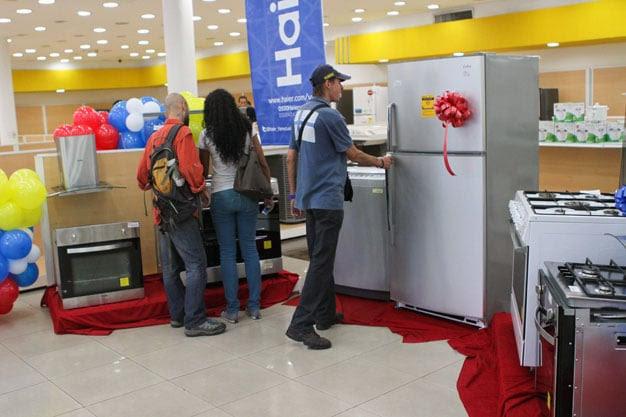 Se venden topes de cocina Haier a 4 mil 158 bolívares, hornos para empotrar a 6 mil 574 bolívares, cocinas de 5 hornillas a 15 mil 273 bolívares, neveras a 22 mil 861 bolívares, lavadoras de 10 kilos a 16 mil 860 bolívares.