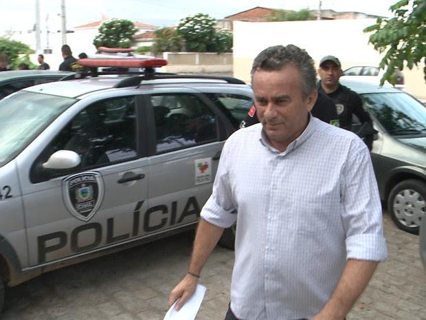 O ex-prefeito de Nazarezinho, Francisco Gilson mendes Luiz, foi preso nesta sexta-feira (11) por força de mandado de prisão (Foto: Reprodução/TV Paraíba)