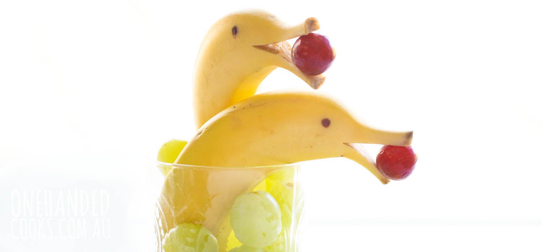 A banana é uma fruta rica em fibras, potássio, vitaminas C e vitaminas B1, B2, B6, além de ter minerais como magnésio, cobre, manganês, cálcio, ferro e ácido fólico.