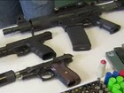 Suspeito de roubo é preso com arsenal (Reprodução/TV Vanguarda)