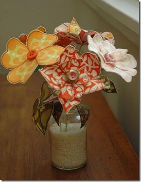 Decore sua mesa com um vaso montado com flores de tecido costurado