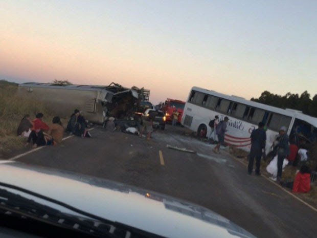 Batida entre dois ônibus na BR-367, na zona rural de Diamantina  (Foto: Divulgação/ Polícia Militar)