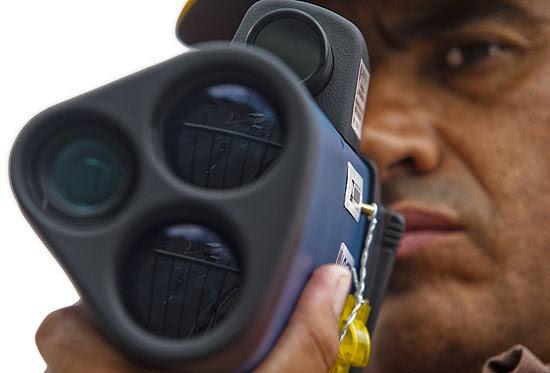 Técnico da CET testa radar-pistola pela primeira vez na ponte das Bandeiras; radar portátil começa hoje em SP