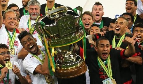 http://imguol.com/c/esporte/2013/11/28/27nov2013---leo-moura-ergue-a-taca-de-campeao-da-copa-do-brasil-de-2013-apos-vitoria-do-flamengo-sobre-o-atletico-pr-1385604400884_490x290.jpg