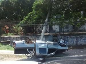 Caminhonete bate em poste, capota e deixa dois feridos em Vitória, espírito santo (Foto: VC no ESTV)