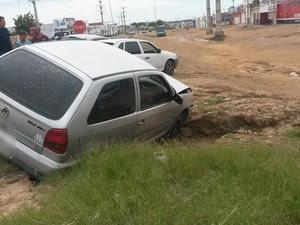 Veículo caiu em um buraco na BR-428 em Petrolina, PE (Foto: Luana Bernardes / TV Grande Rio)