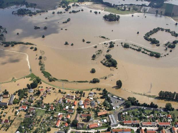 Vista aérea mostra o rio Neisse, próximo do centro antigo de Goerlitz, na fronteira polonesa