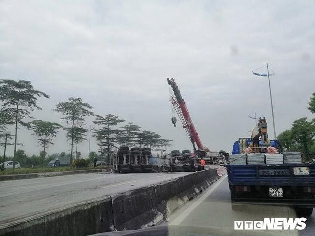 Xe tải lật chắn ngang đường 3 tiếng đồng hồ, đường lên sân bay Nội Bài ùn ứ - Ảnh 1.