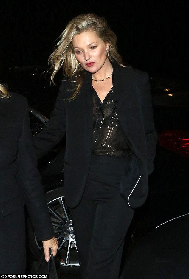 exit Chic: Kate olhou cada polegada a supermodelo quando ela deixou o partido, mostrando seus fluindo cabelos loiros