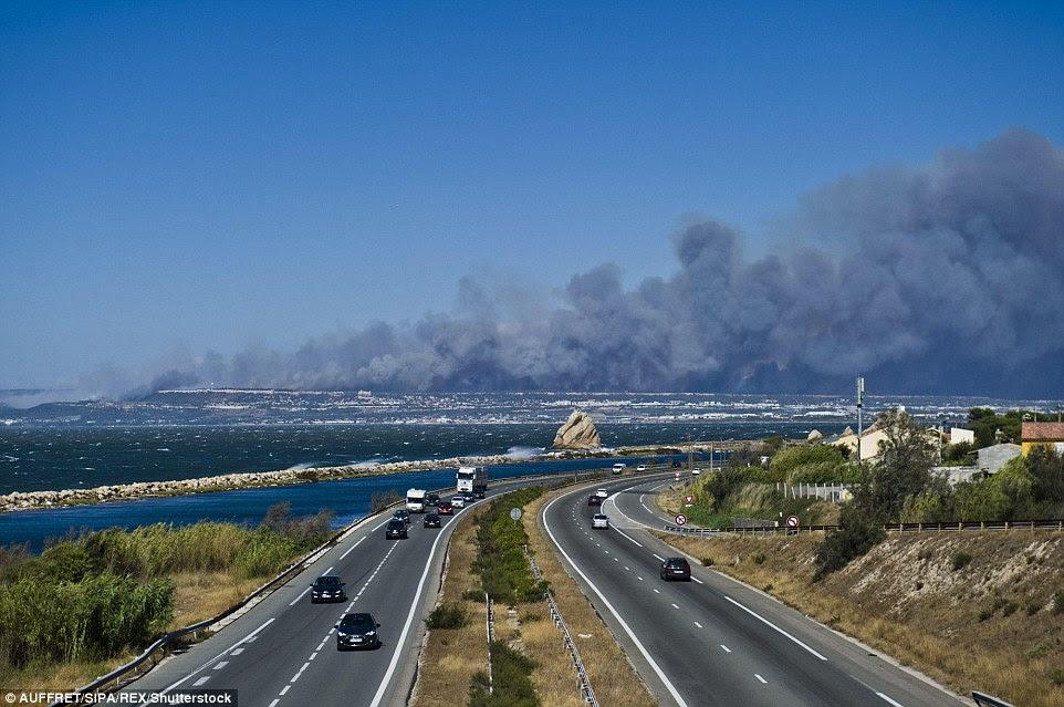 Condução para Marseille os céus estão cheios de fumaça dos incêndios florestais que destruíram grandes áreas de cerrado