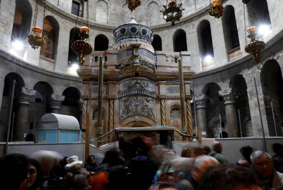 Visitantes, ante la tumba de Jesucristo, hoy en Jerusalén.