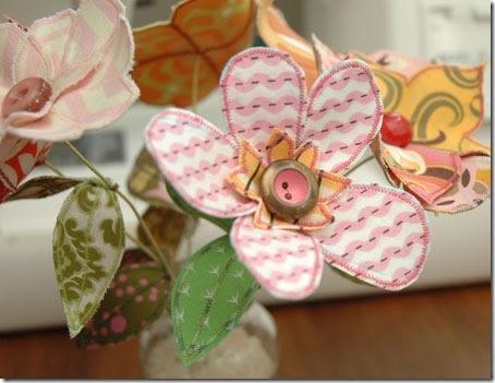 Arranjo de mesa com flores de tecido costuradas