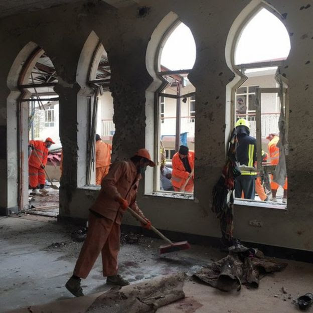 عمال أفغان تنظيف مسرحا لهجوم انتحاري