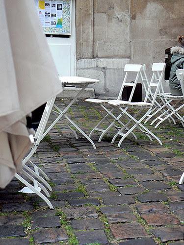 chaises sur les pavés.jpg