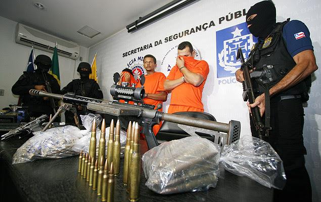 Polícia baiana apresenta suspeitos presos com metralhadora antiaérea, que pode derrubar helicóptero e perfurar carros blindados