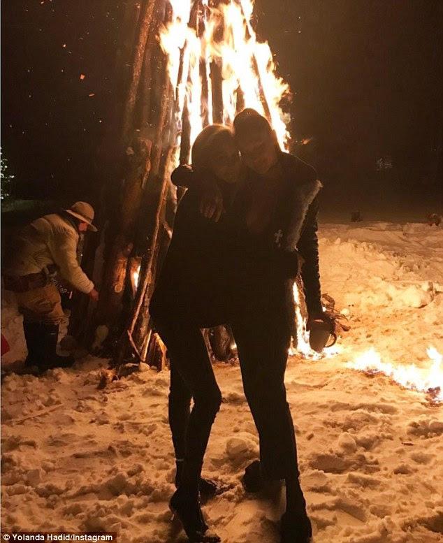 """Querida dupla!  A mãe de Bella, Yolanda Hadid, postou um instantâneo do Instagram na quarta-feira, enquanto o casal estava junto numa foto que ela mencionava: """"Através do fogo, nossas fraquezas se tornam fortes"""""""