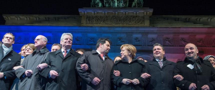 Islamfunktionär Aiman Mazyek zwischen Bundespräsident Joachim Gauck und Bundeskanzlerin Angela Merkel: Peinliche Selbstdarstellungsveranstaltung Foto:  picture alliance / dpa