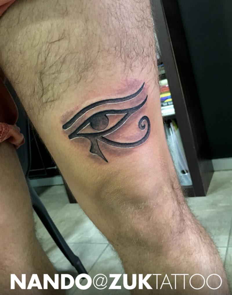 Tatuaje En Negro Y Gris Con El Ojo De Horus Con Efecto Relieve