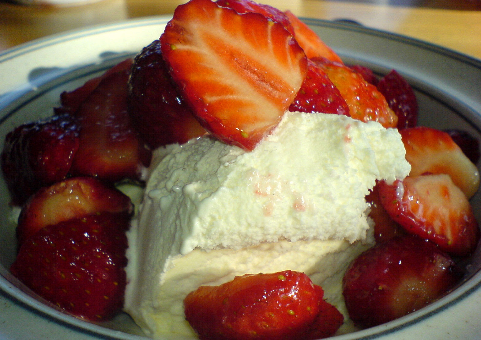 http://upload.wikimedia.org/wikipedia/commons/8/8e/Strawberry_ice_cream_dessert.jpg