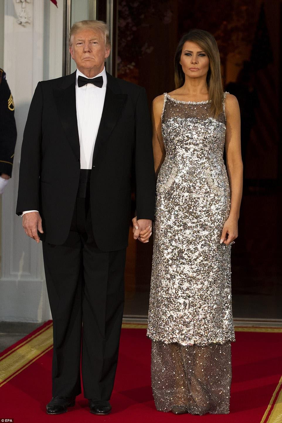 Todos os olhos estavam na primeira-dama Melania Trump na noite de terça-feira, quando ela roubou o show em um vestido Chanel brilhante para o seu primeiro jantar de estado da Casa Branca.
