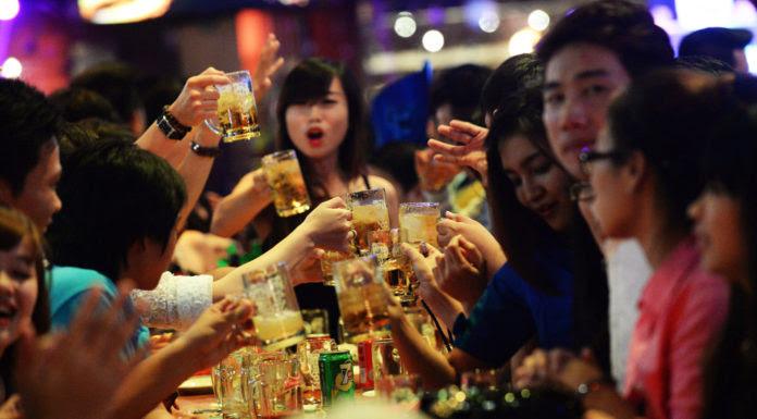 """Giới trẻ uống bia trong một nhà hàng ở Sài Gòn. """"Bia bọt"""" nay trở thành như một văn hóa giao tiếp ở Việt Nam. (Hình: Getty Images)"""