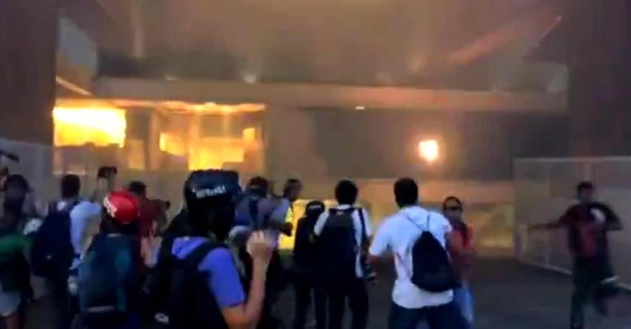 Manifestantes tentam entrar na FIE P  para ver se acham a grana desaparecida (Reprodução: Globonews)