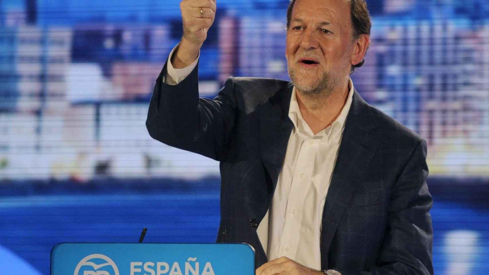Mariano Rajoy saluda en el mitin en A Coruña después de la agresión.