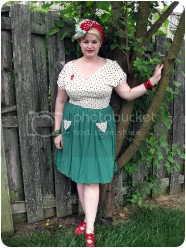 1940s novelty print dress and truban head scarf with bakelite bracelets plus size retro style from va-voom vintage blog