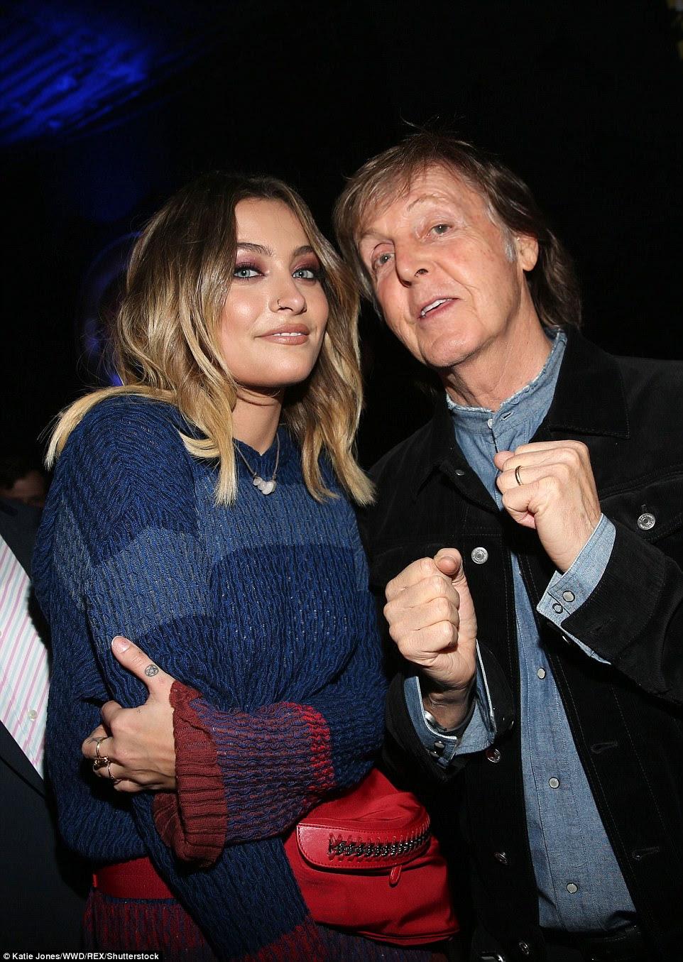 Uma filha de uma lenda com uma lenda: Paris foi fotografada ao lado do pai de Stella, Paul McCartney, que também tomou o palco e se apresentou aquela noite