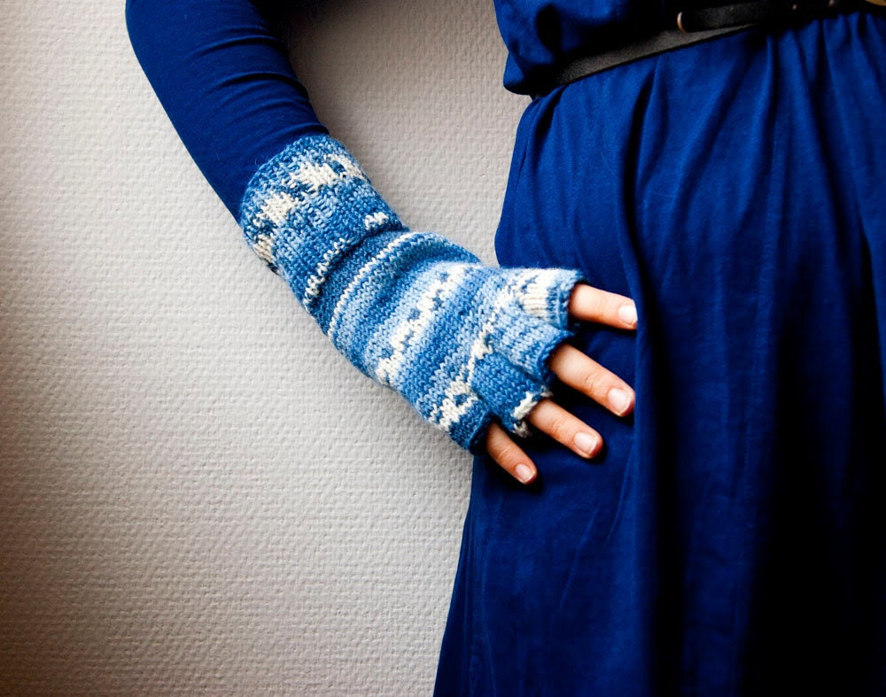 Hand knit fingerless gloves - stripes in white and blue - sofiasobeide