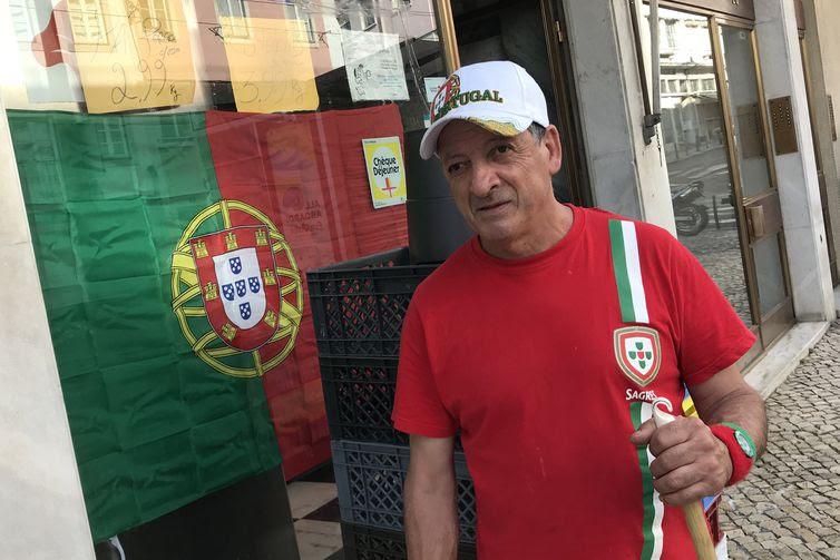 Portugueses assistem ao jogo contra o Uruguai à beira do Rio Tejo