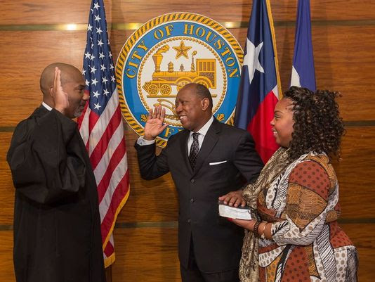 635873389507164580-turner-sworn-in.jpg