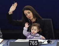 2月15日、フランス東部ストラスブールで開催された欧州議会で、イタリアのリチア・ロンズーリ議員が娘を連れて出席(2012年 ロイター/Vincent Kessler)