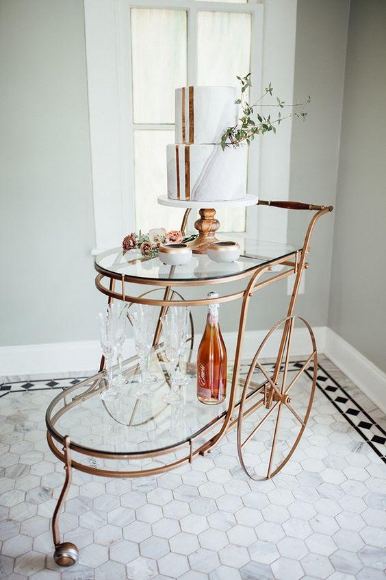 eine Kupfer-und Glas-trolley für die Anzeige Ihrer Hochzeit Kuchen und Alkohol