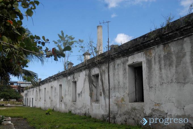 Ruinas del barracón de esclavos del central Narcisa. Foto: Oscar Alfonso Sosa.