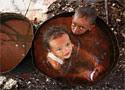 Agua potable Dos niños se bañan en la ciudad indonesia de Yakarta (Beawiharta)