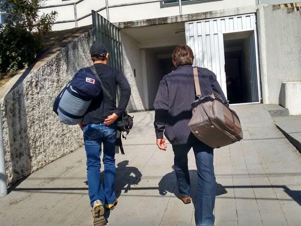Integrantes de seita estão sendo levados para sede da Polícia Federal em Varginha (Foto: Ernane Fiuza / EPTV)