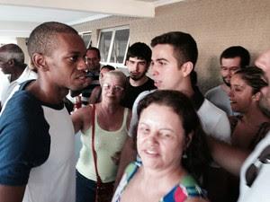 Vinicius Romão foi recebido por mais de 20 amigos e familiares (Foto: Káthia Mello / G1)